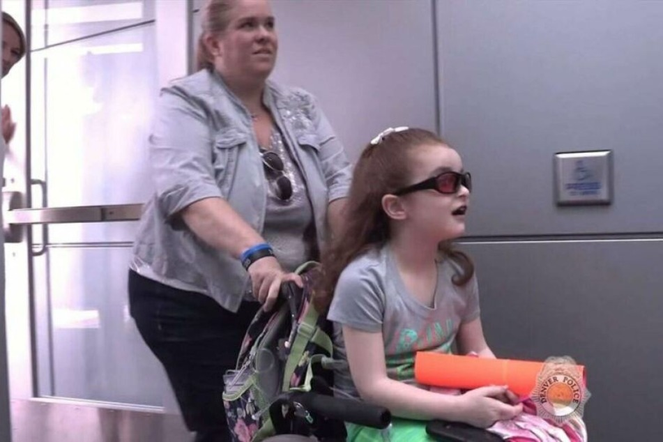 Kelly Renee Turner (41) schiebt ihre Tochter Olivia (†7) im Rollstuhl.
