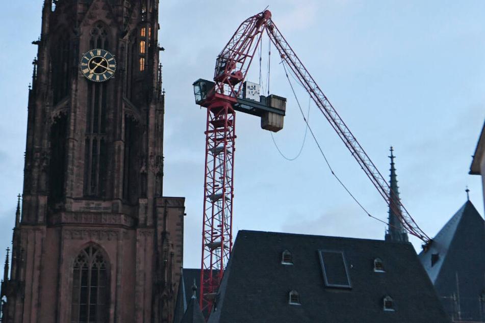 """Der Ausleger eines Baukrans wurde von Sturmtief """"Sabine"""" auf das Dach des Frankfurter Doms gerissen."""