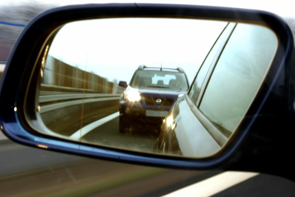 Der Fahrer stieß bei dem Überholversuch in ein entgegenkommendes Auto. (Symbolbild)