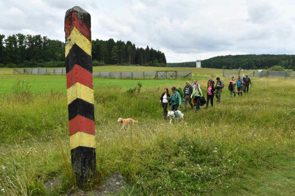 Viele Touristen wandern entlang der ehemaligen Grenze.