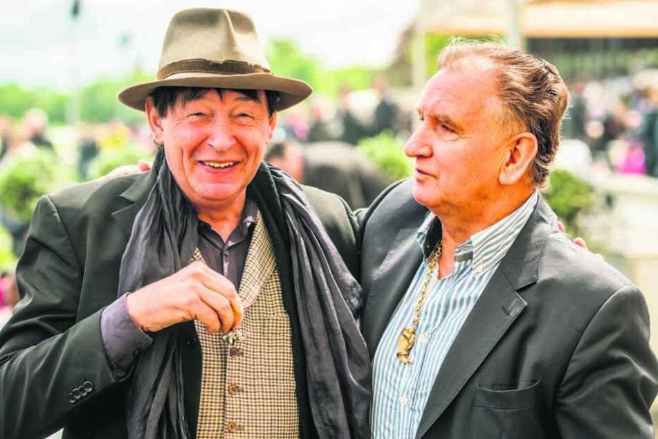 Zeigten sich gegenseitig ihre Tiertrophäen: Galerist Holger John (59, l) und Zirkus-Direktor Mario Müller Milano (70).