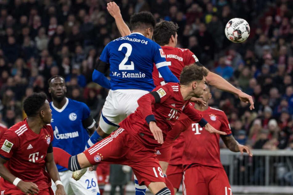 Weston McKennie (M) von Schalke köpft auf das Tor von Bayern.