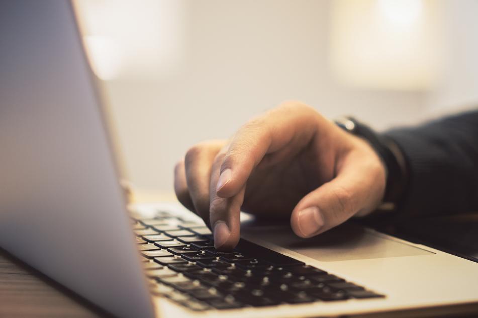 In Bonn steht ein Mann vor Gericht, weil er eine Internet-Bekannte zum missbrauch an ihren eigenen Kindern angestiftet haben soll (Symbolbild).