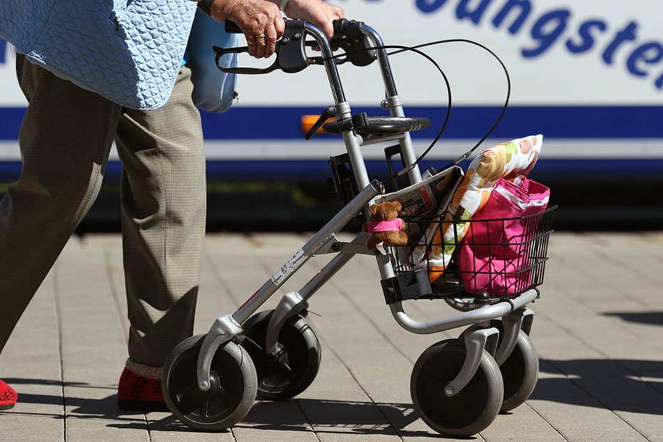 Eine älter Frau mit ihren Einkäufen in ihrem Rollator. (Symbolbild)