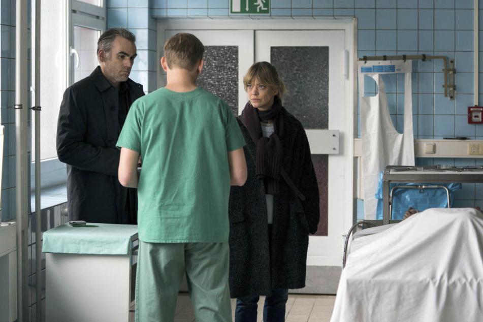 Gerichtsmediziner Dr. Neuhaus (Martin Glaubacker) hat Martin (Sebastian Blomberg) und Ellen (Heike Makatsch) einiges über Faserspuren an der Leiche des ermordeten Mädchens zu sagen.