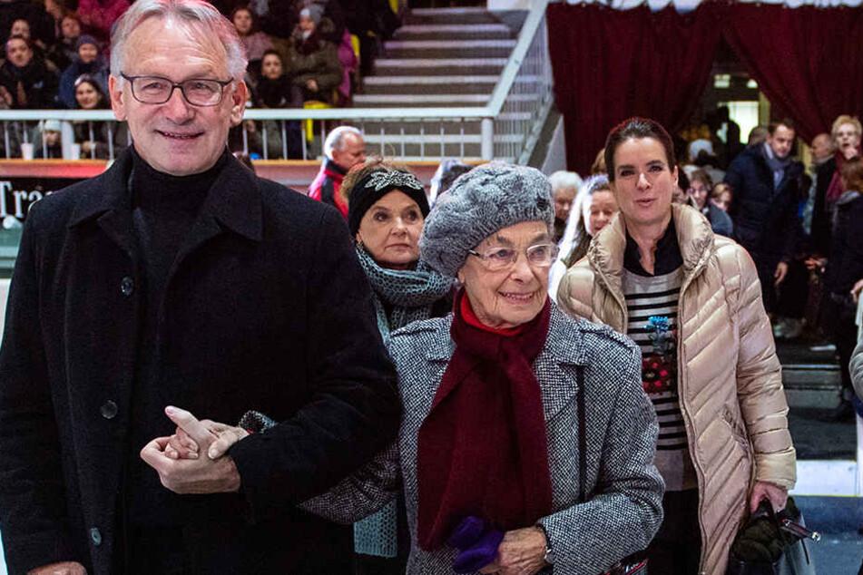 Jutta Müller am Samstag in der Eissporthalle mit ihrem ehemaligen Schützling Jan Hoffmann, im Hintergrund Gaby Seyfert und Katarina Witt.