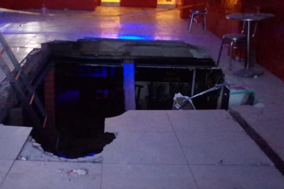 Der eingestürzte Boden nach dem Konzert.