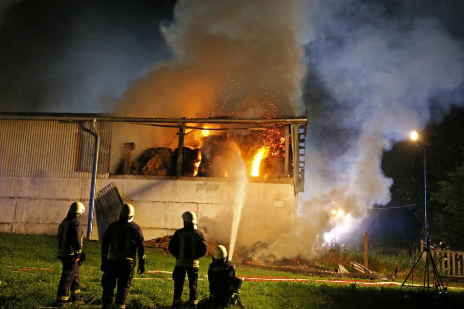 Das Strohlager stand in Flammen.