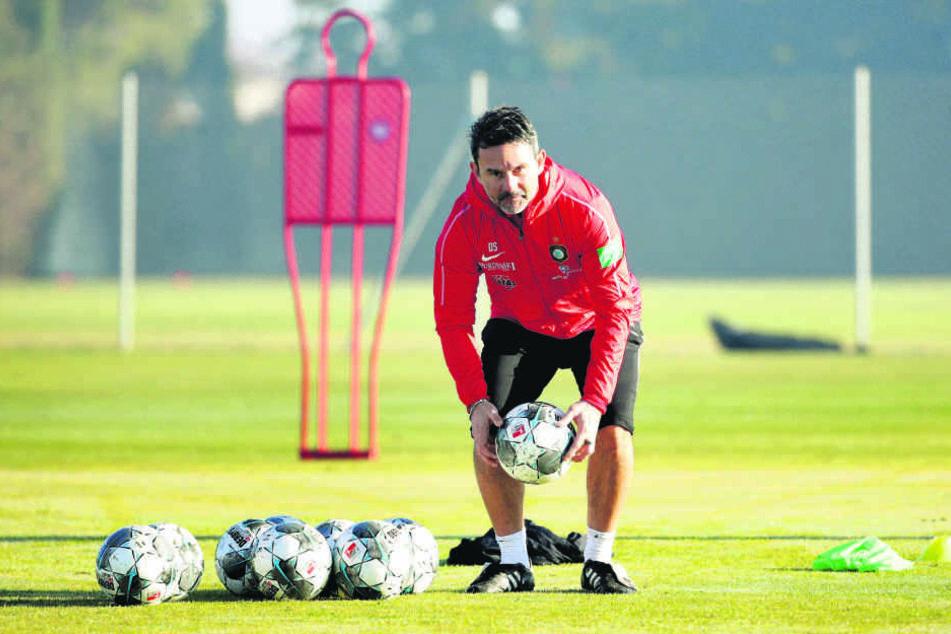 FCE-Trainer Dirk Schuster hat fürs Camp in Spanien ein straffes Programm - und das will er natürlich auch durchziehen.