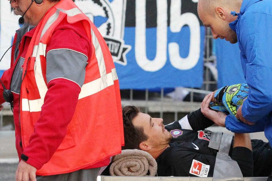 Aues Torhüter Martin Männel musste in der ersten Hälfte verletzt ausscheiden. Hier mit Teamarzt Reezmann.