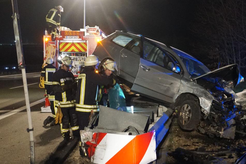 Unfall A8: Zwei Schwerverletzte auf A8: Kombi landet völlig demoliert auf der Leitplanke