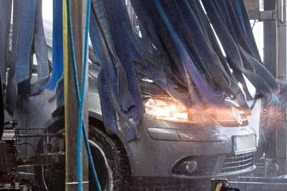 Autofahrerin in Waschanlage eingeklemmt und schwer verletzt