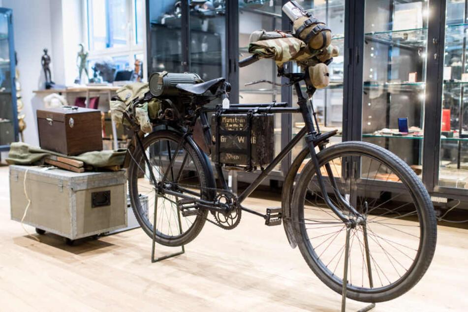 """Ein Truppenfahrrad der Wehrmacht mit der Bezeichnung """"Bergrador"""" war im Auktionshaus """"Hermann Historica"""" zu sehen."""