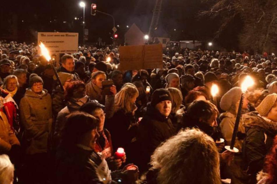 Fast tausend Menschen hatten sich auf dem Parkplatz versammelt.