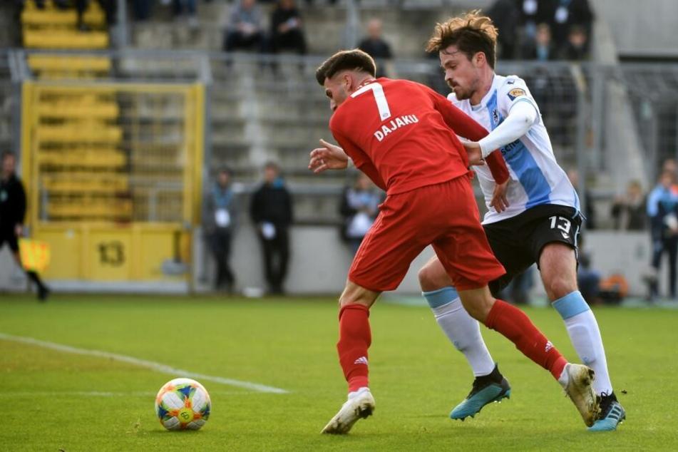 Der auffällige FCB-Youngster Leon Dajaku (l.) im Duell mit dem Sechziger Dennis Erdmann.