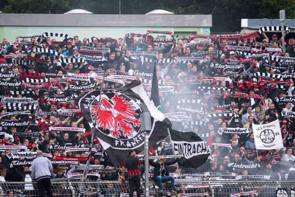 Die Fans feiern, doch ein Eintracht Fan schwebt jetzt in Lebensgefahr. (Symbolbild)