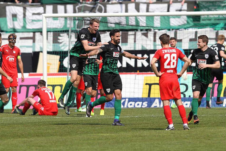 In der vergangenen Saison gab's für den FSV in Münster eine 1:5-Klatsche. Hier freut sich Adriano Grimaldi (M.) über seinen Treffer zum 4:0 für die Preußen.