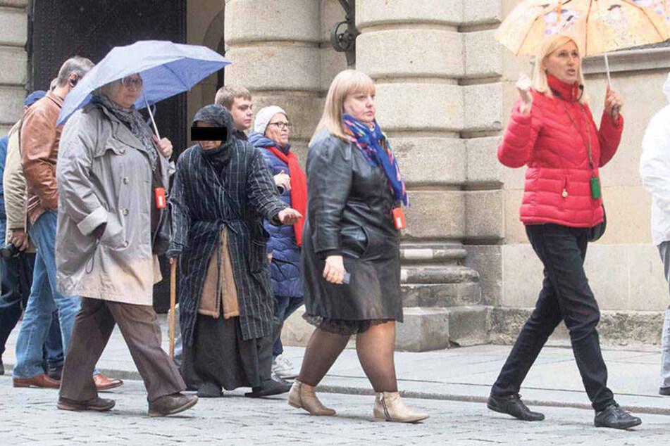 Auf der Schloßstraße bettelte die Frau dann Touristengruppen an.