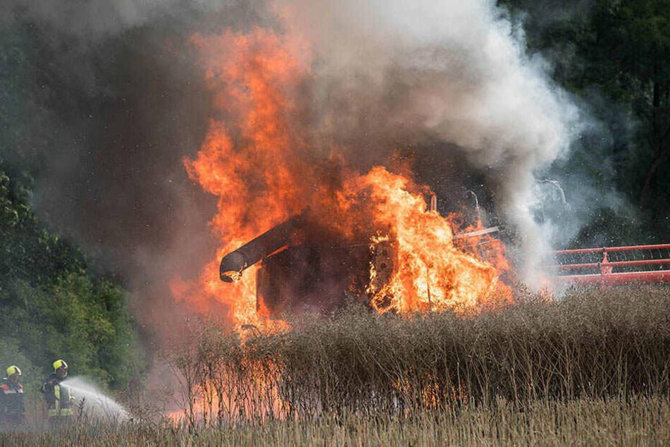 Am Donnerstag brannte ein Mähdrescher lichterloh.