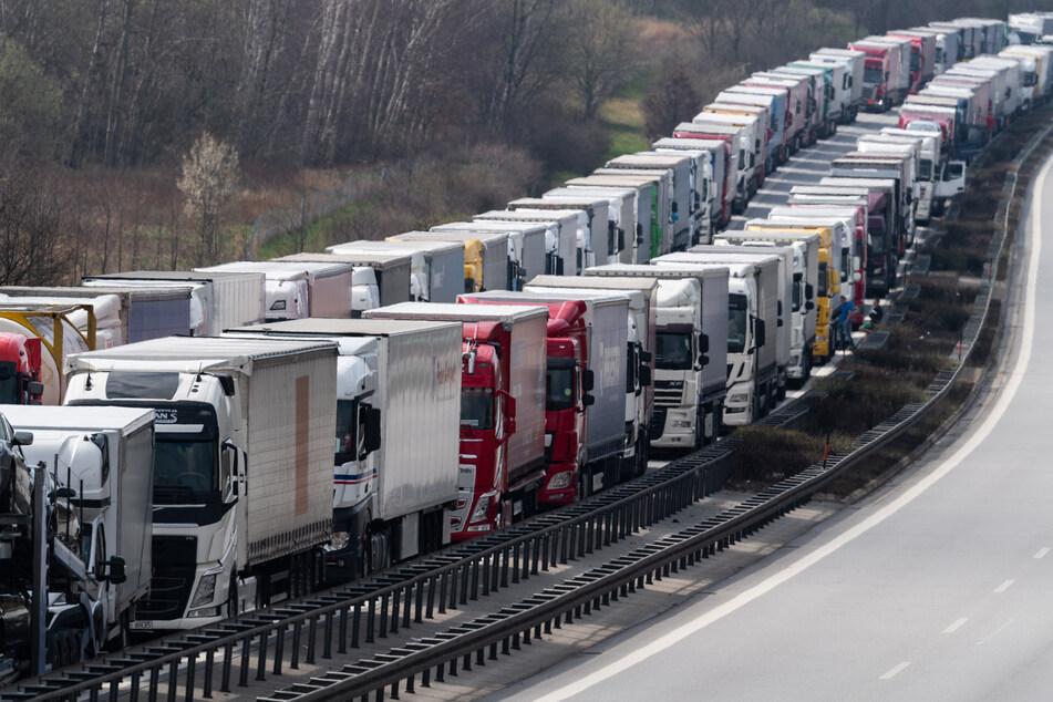 Lkw stehen auf der Autobahn A4 Dresden - Görlitz bei Görlitz im Stau. Damit es nicht mehr zu solchen Situationen kommt, dürfen einige Brummifahrer nun auch an Sonntagen unterwegs sein.
