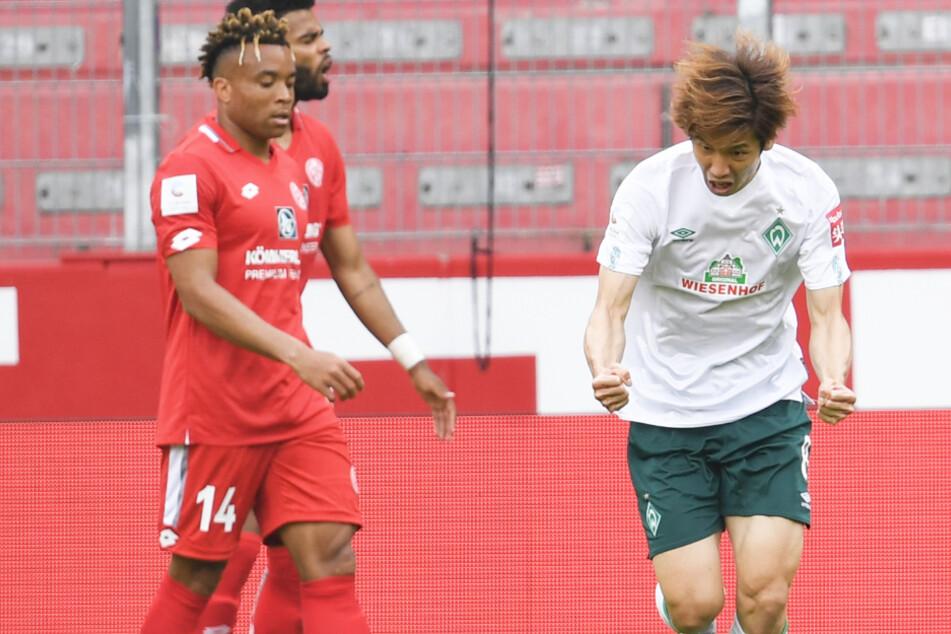 Yuya Osako (r.) jubelt nach seinem 1:2-Anschlusstreffer für Werder Bremen in Mainz.