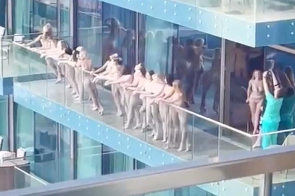 Mindestens 15 Damen posieren hier nackt und für alle sichtbar, das dürfte sie teuer zu stehen kommen.