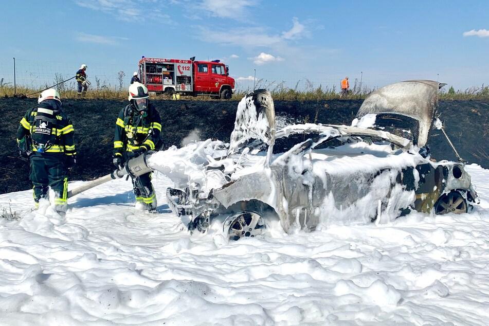 Ein Bad in Löschschaum. Die Kameraden der Feuerwehr konnten das Feuer am Wagen und dem Grünstreifen schließlich löschen.