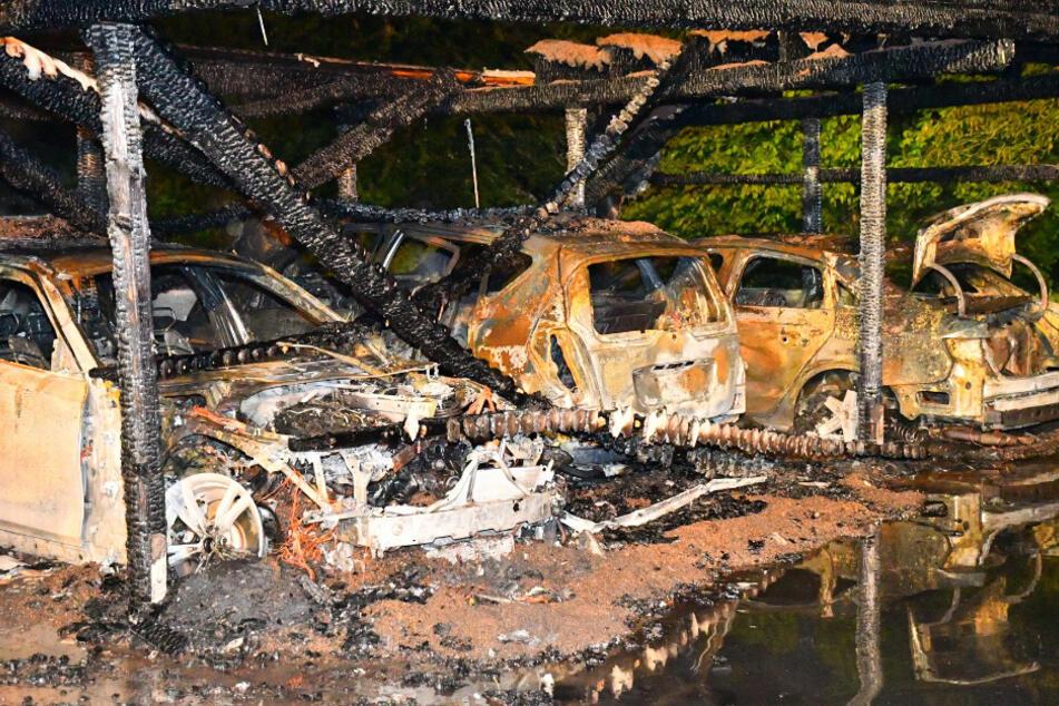 Brandstiftung? Zahlreiche Autos gehen in Flammen auf