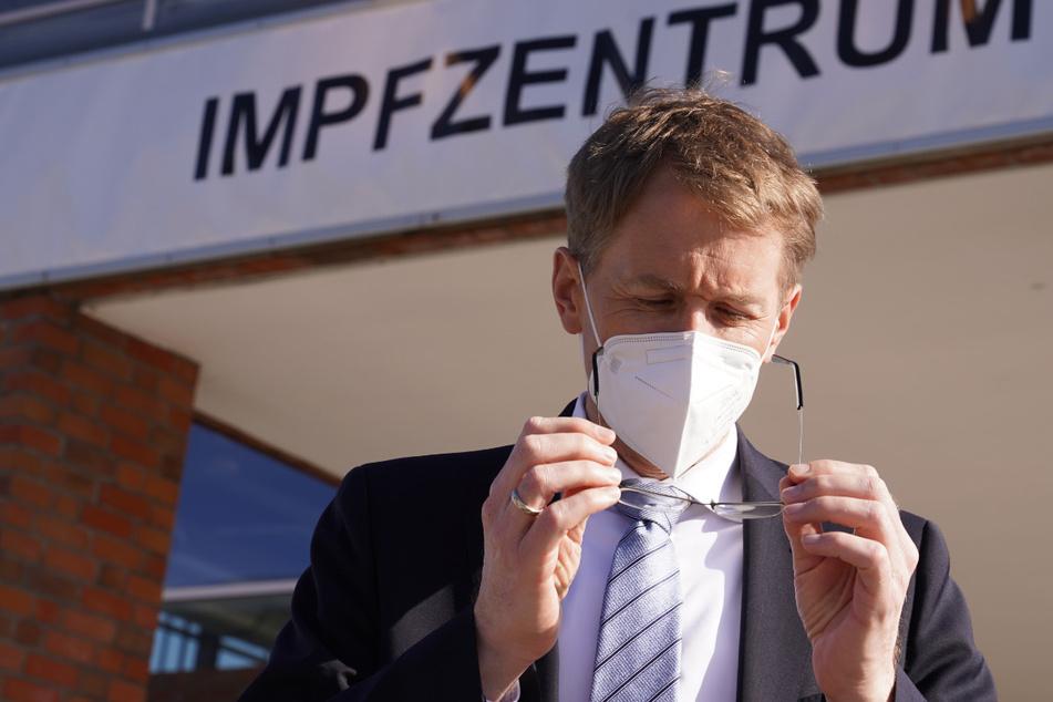 Daniel Günther (48, CDU), Ministerpräsident von Schleswig-Holsteins, steht vor einem Impfzentrum. (Archivbild)