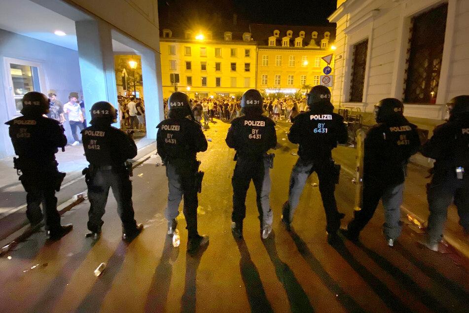 Die Polizei hat in der Nacht zu Sonntag eine Ansammlung von hunderten Feiernden in Augsburg aufgelöst.