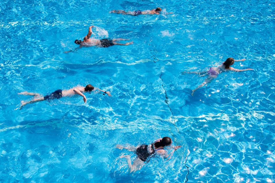 Besucher schwimmen in einem deutschen Freibad (Symbolbild).