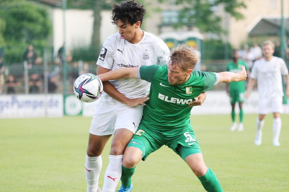 FSV-Testspieler Johan Gomez (links) im Duell mit BSG-Kicker Florian Brügmann.