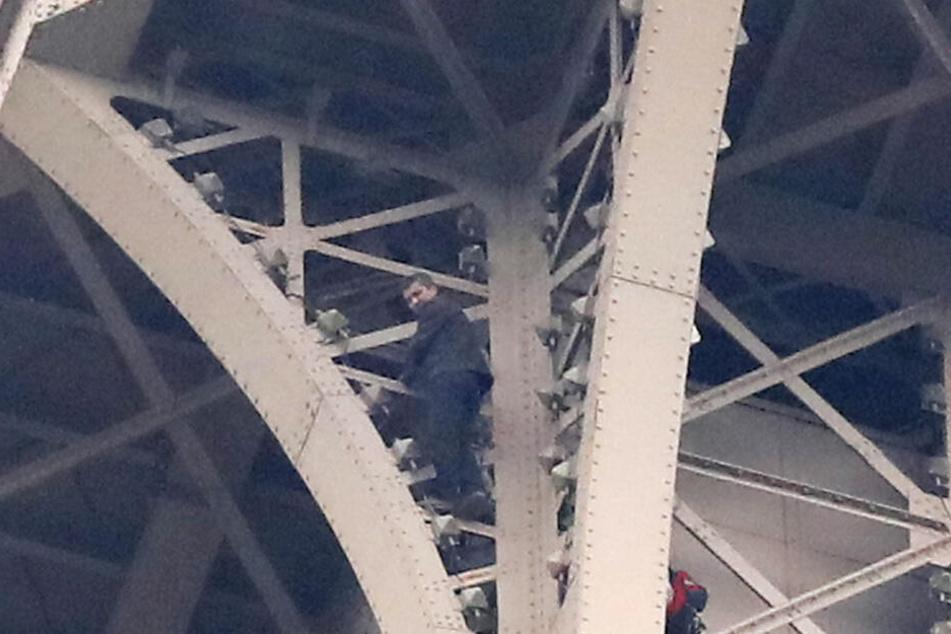 Der Mann harrte rund sechs Stunden in 270 Meter Höhe aus und klammerte sich an den Stäben des Pariser Wahrzeichens fest.