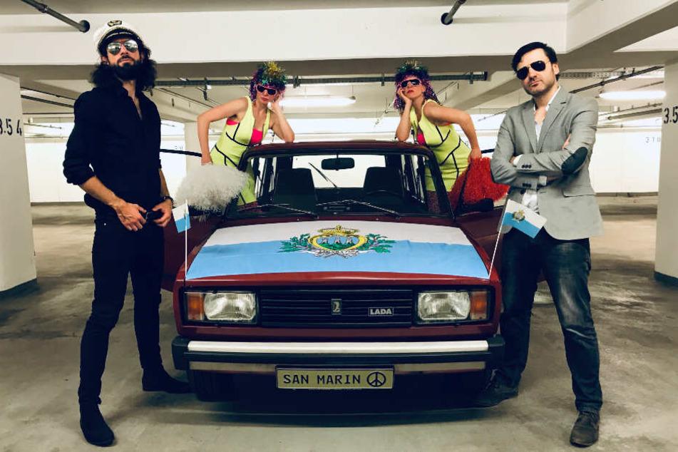 Pascal Stehler (links) und Robert Hauspurg posieren neben einem Auto, das mit der Nationalflagge von San Marino verziert ist.