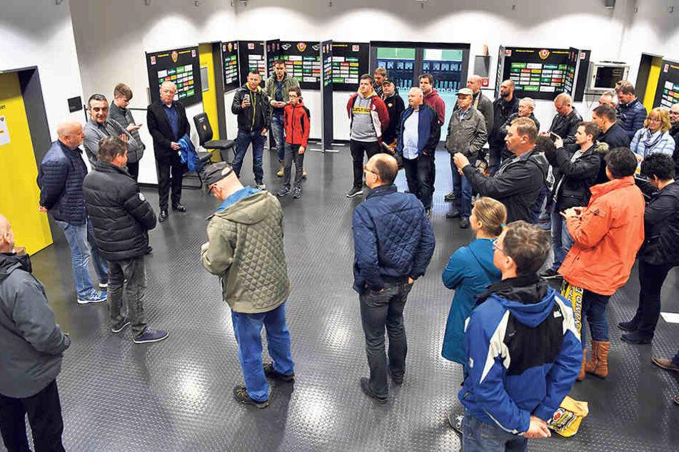Zusammen mit den drei Dynamo-Legenden Dixie Dörner (66), Ralf Minge (56) und  Hansi Kreische (69) schauten die Fans hinter die Kulissen des DDV-Stadions.