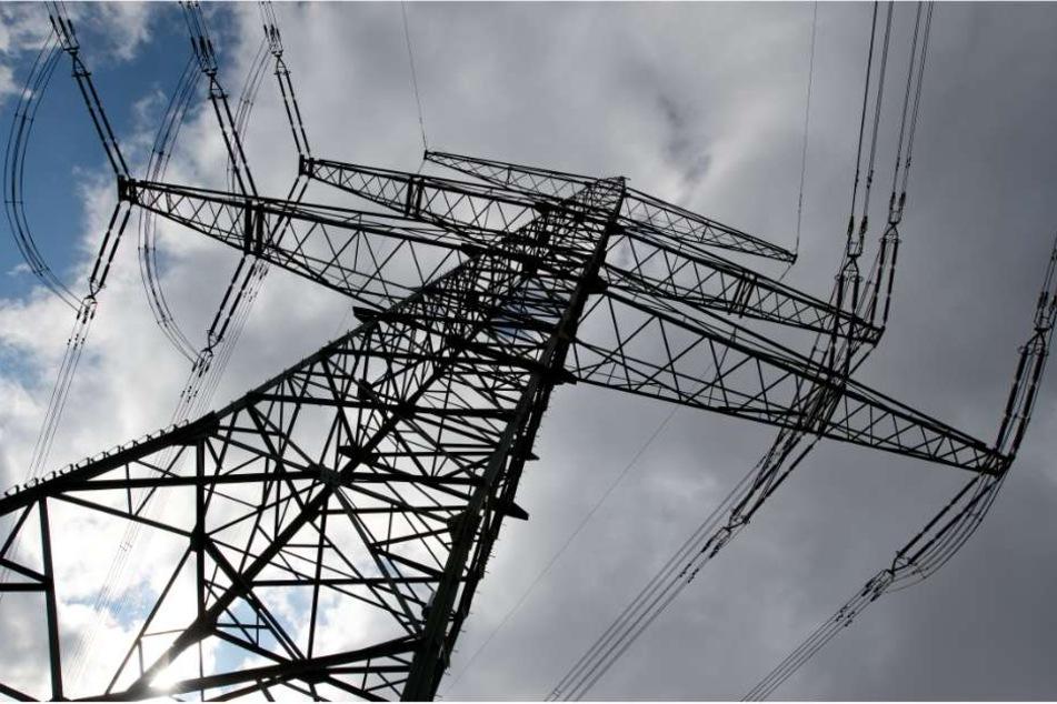 Der Mann war mit einem Kollegen auf dem Strommast um ein Ersatzteil zu wechseln. (Symbolbild)