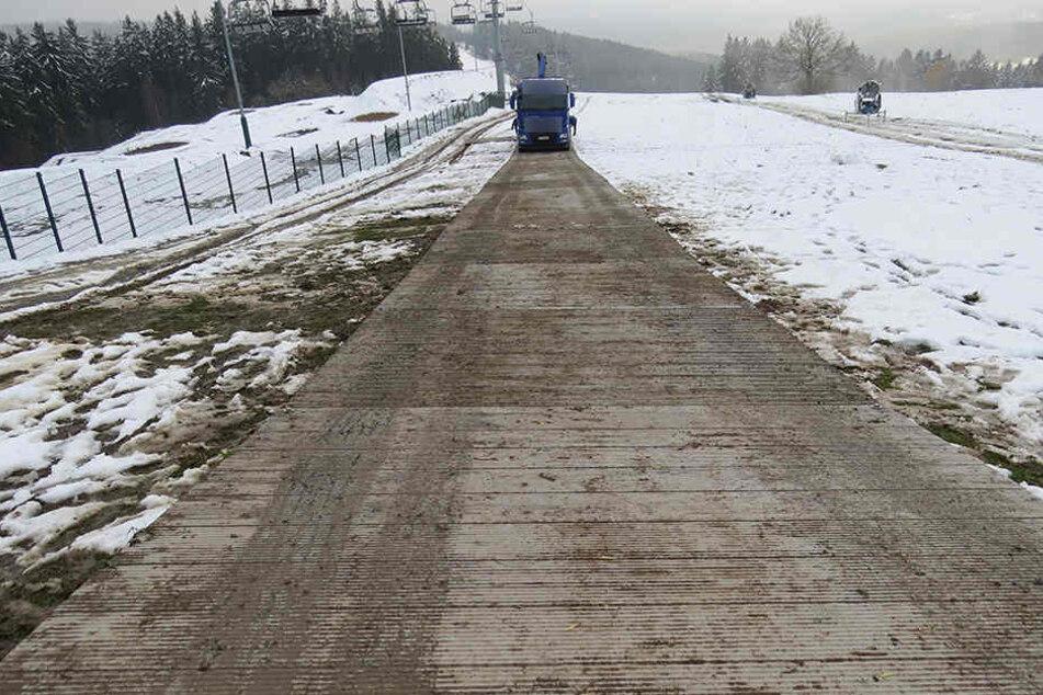 Auf dieser Straße aus Aluplatten soll der Laster von der Piste gezogen werden.