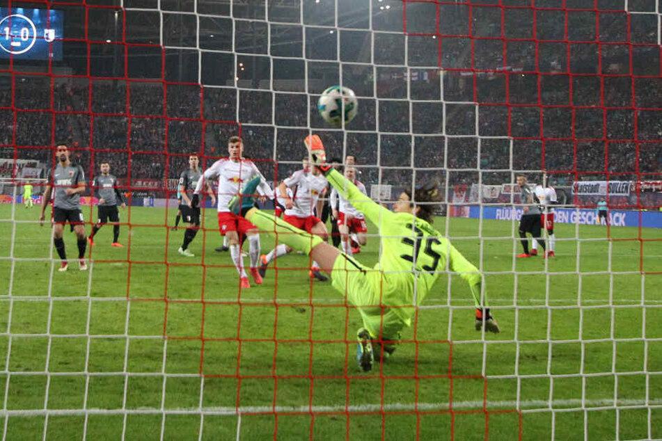 Drin isser! Naby Keita traf per Freistoß zum 2:0. Martin Hinteregger in der Mauer fälschte den Ball unhaltbar ab.