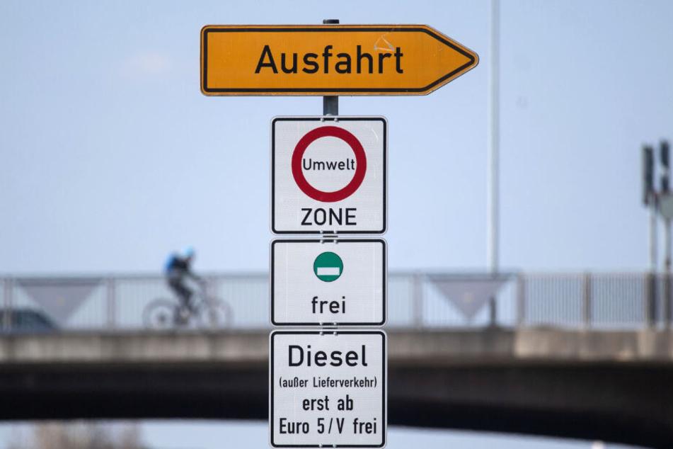 Ein Schild weist auf das Diesel-Fahrverbot ab Diesel Euro-6 hin.