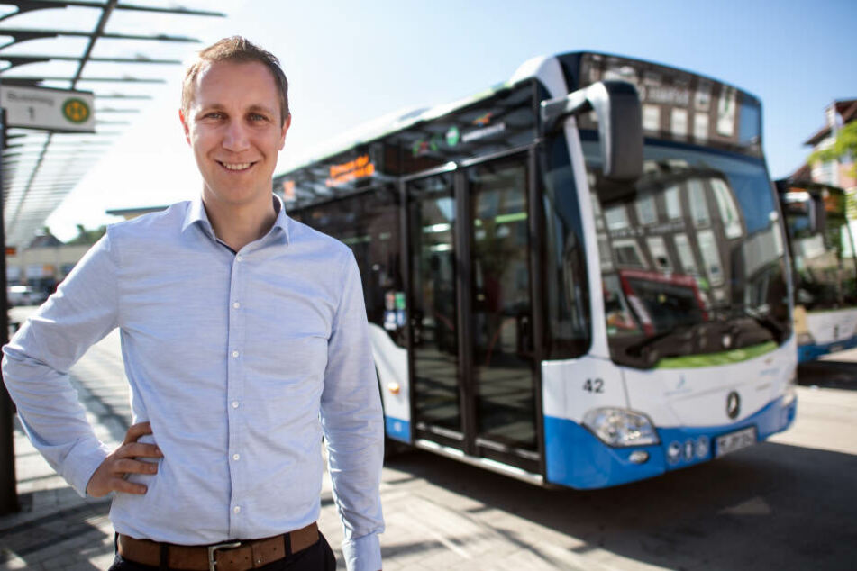 Bürgermeister Daniel Zimmermann steht am Busbahnhof in Monheim.