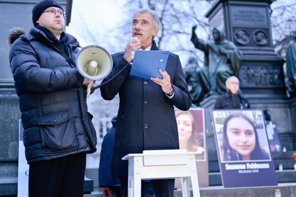 Uwe Junge, Fraktionschef der rheinland-pfälzischen AfD, spricht bei einer Mahnwache der AfD am Luther-Denkmal in Worms.
