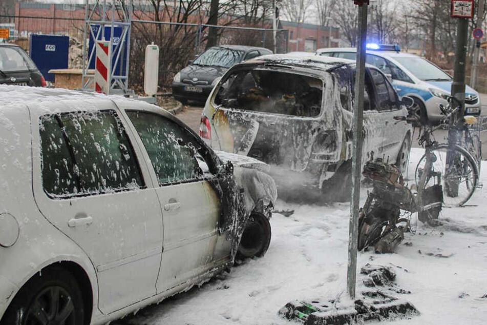 Durch den brennenden Roller wurden die zwei parkenden Autos angezündet.