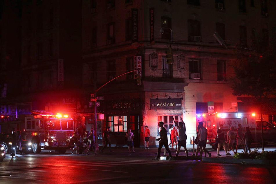 Mitten im Herzen Manhattans: Lichter aus, Menschen auf der Straße.