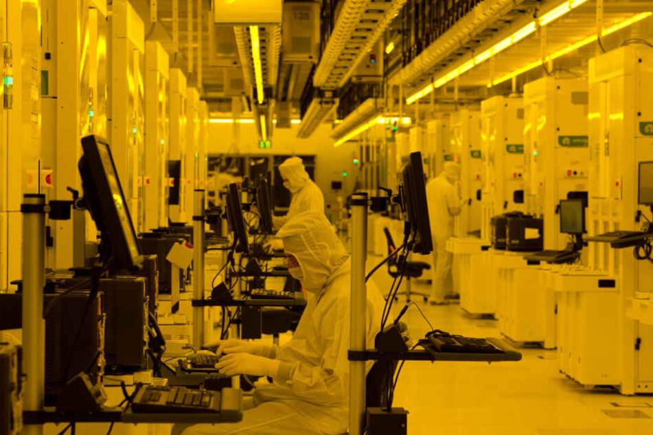 Arbeiter im Reinraum des Halbleiterherstellers Globalfoundries. Obwohl der Konzern in Dresden Stellen abbaut, gehört die Chipindustrie zu den lokalen Innovationstreibern.
