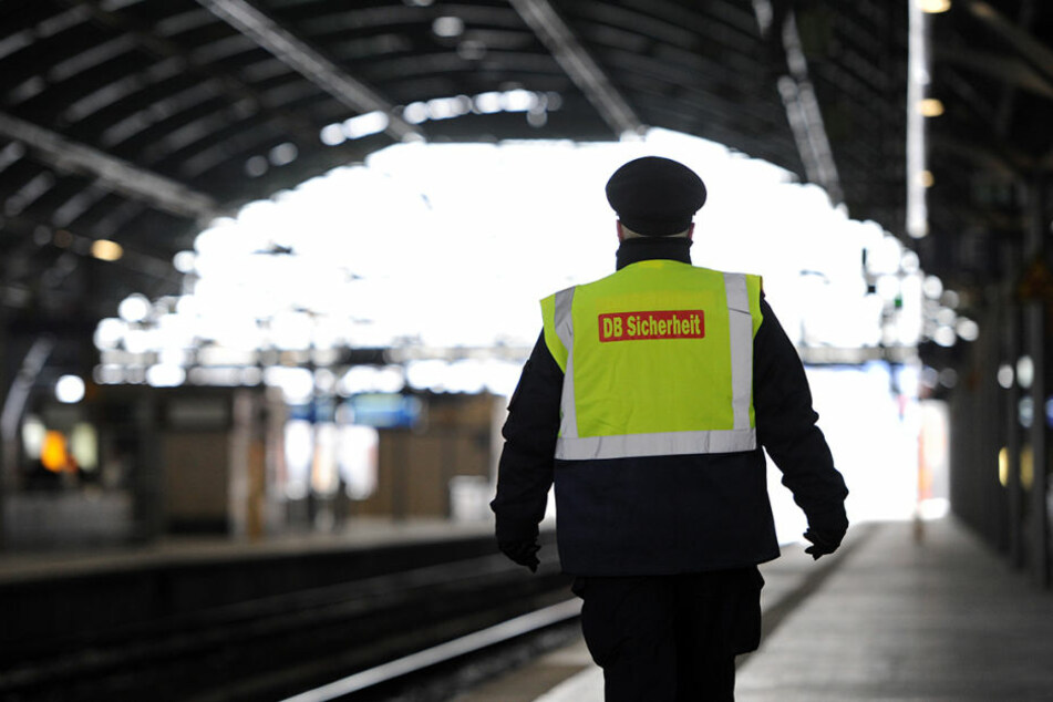 Ein Sicherheitsmitarbeiter im Berliner Ostbahnhof. (Archiv)