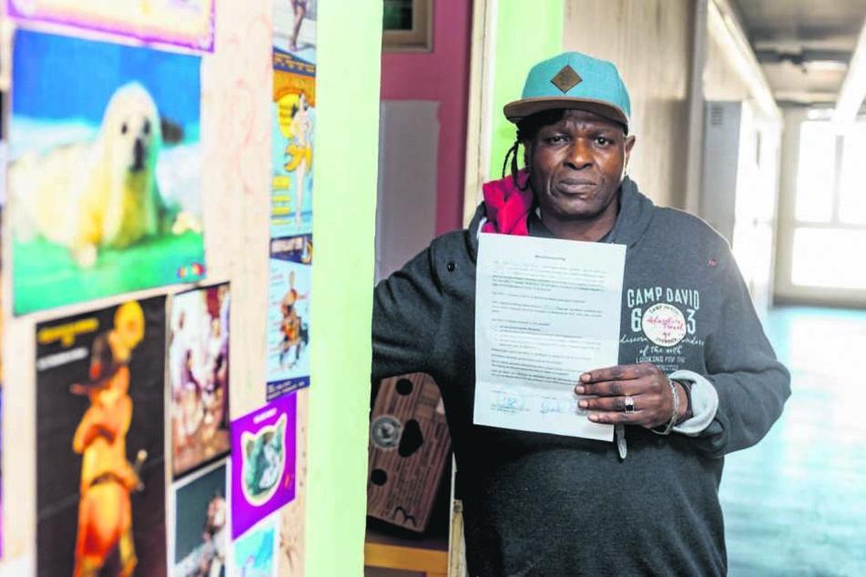 Roberto Guianhela (52) hat aus Angst vorm Asylheim den Mietaufhebungsvertrag unterschrieben, noch keine neue Wohnung gefunden.