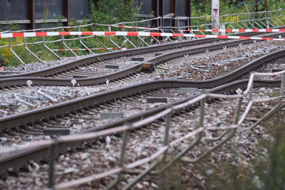 Der Bahnmitarbeiter wurde von der Wucht des Zusammenstoßes tödlich verletzt. (Symbolbild)