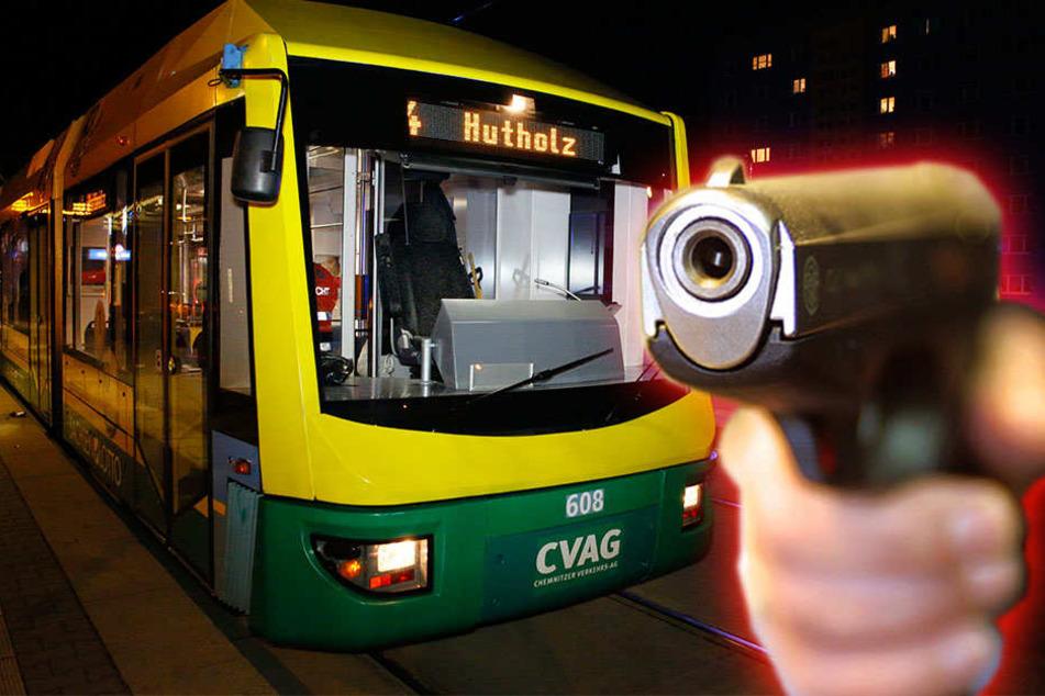 In einer Straßenbahn der Linie 4 sind am Donnerstag mehrere Fahrgäste mit einer Waffe bedroht worden.