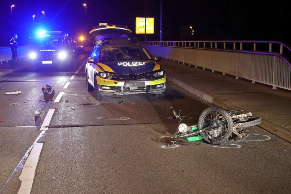 Auf der Kohlsdorfer Landstraße in Dresden krachte das Moped mit dem Funkwagen der Polizei zusammen.