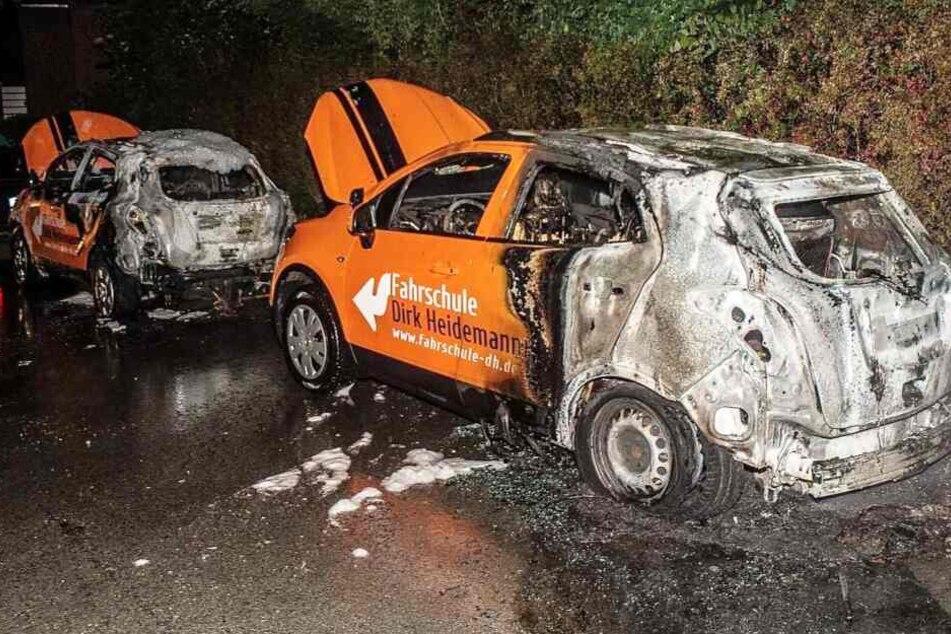 Ein Schaden von circa 65.000 Euro entstand an den beiden Fahrschulwagen.